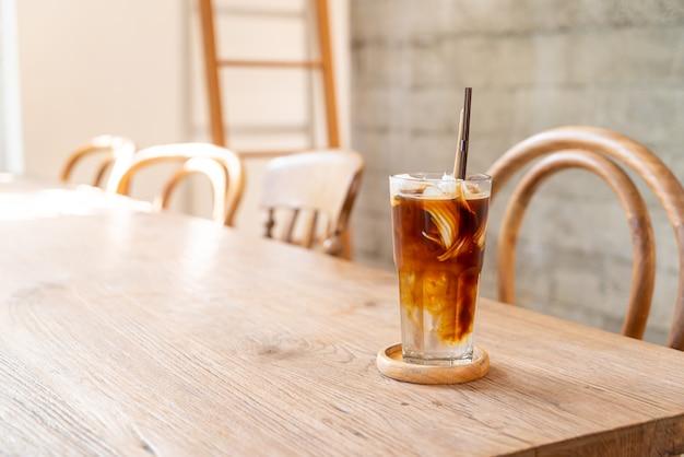 커피 숍 카페에서 코코넛 주스와 에스프레소 커피