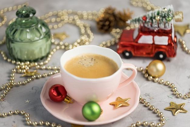 レトロなカップとクリスマスの装飾のエスプレッソ