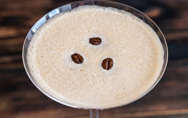 커피 원두를 곁들인 에스프레소 마티니 칵테일