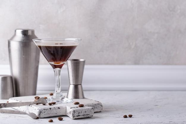 커피 원두와 에스프레소 마티니 칵테일