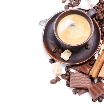 Эспрессо с кофейными зернами и шоколадом