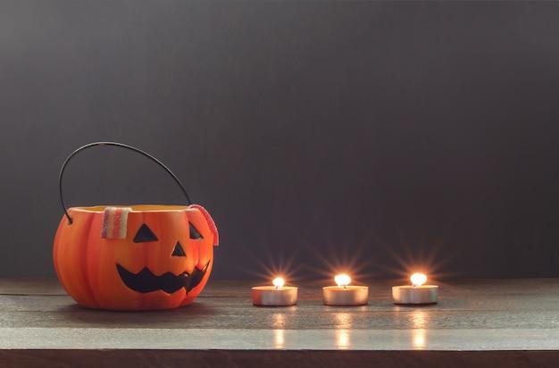 Существенный аксессуар концепции концепции праздника happy halloween background.mix разнообразные предметы на современном деревенском коричневом деревянном столе на домашней стуле office.blur оранжевое пространство для творческого дизайна.