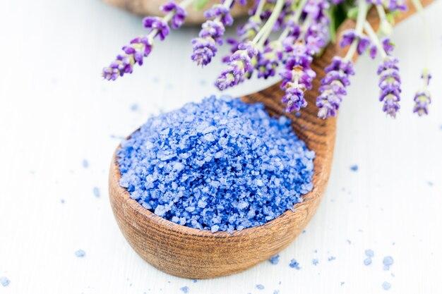 Эфирная соль лаванды с видом сверху цветов.