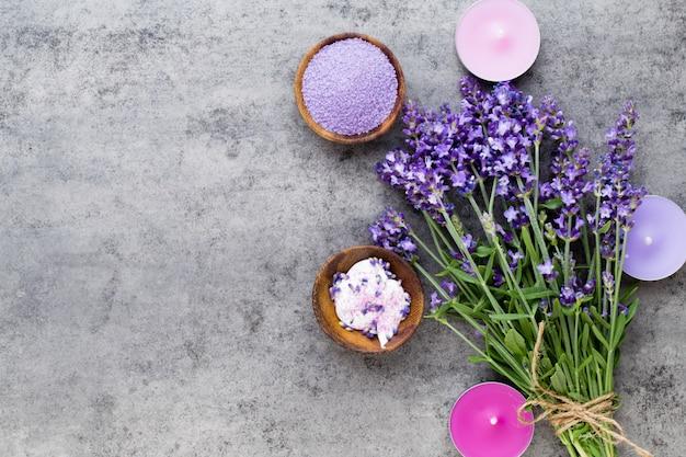 花のトップビューと不可欠なラベンダー塩。