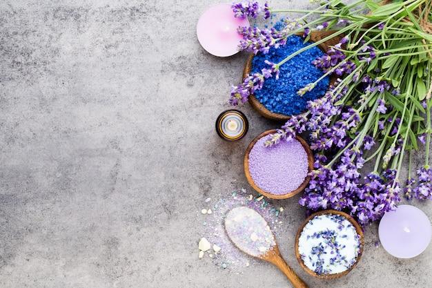花とエッセンシャルラベンダーソルト