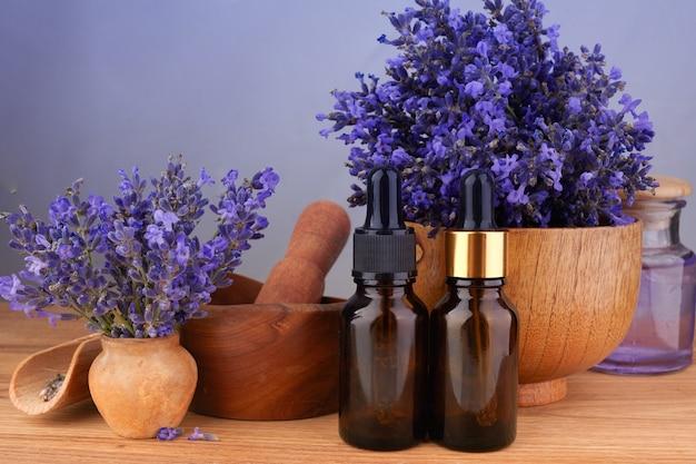 Эфирное масло и цветы лаванды