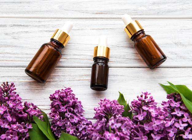Эфирное масло и сиреневые цветы