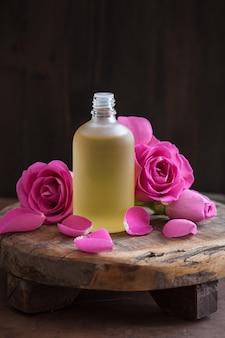 エッセンシャルオイルとバラの花のアロマセラピースパ香水