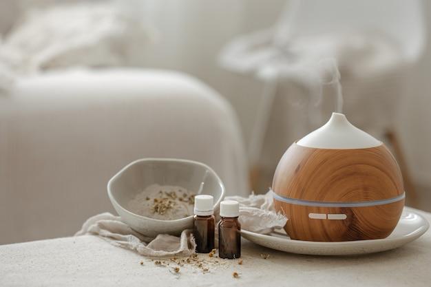 Увлажнитель с диффузором аромата эфирного масла, распространяющий воду в воздухе.