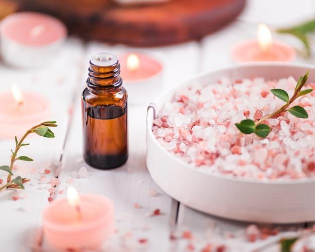 アロマテラピーのエッセンシャルオイル、花、手作り石鹸、ヒマラヤ塩。