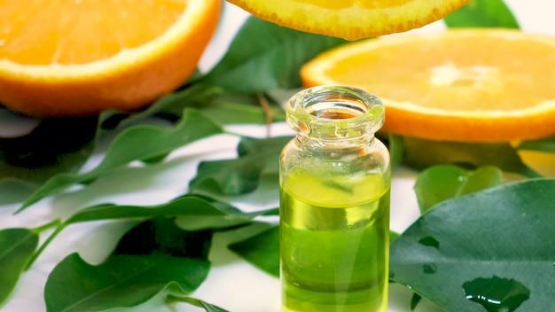작은 병에 오렌지 에센셜 오일. 선택적 초점. 자연