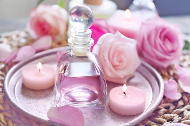Эфирное масло с лепестками роз на серебряной пластине