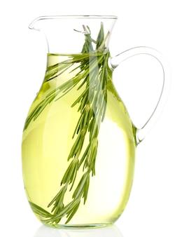 Эфирное масло с розмарином в стеклянном кувшине, изолированное на белом