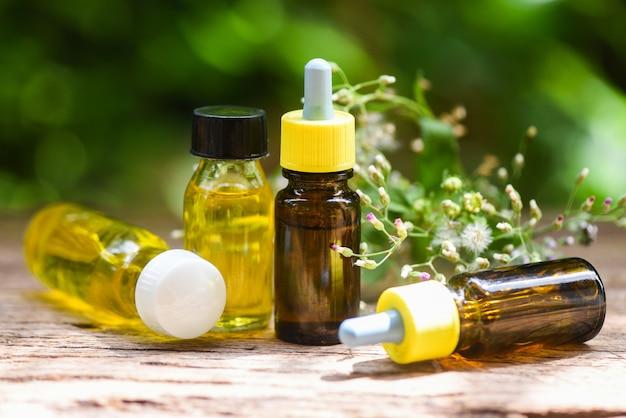 Эфирные масла на деревянных и зеленом фоне размытым