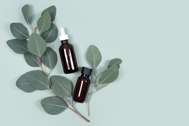 민트 녹색 배경, 미용 제품, 얼굴 피부 관리, 스파 미용 치료 개념에 천연 유칼립투스 잎 에센셜 오일