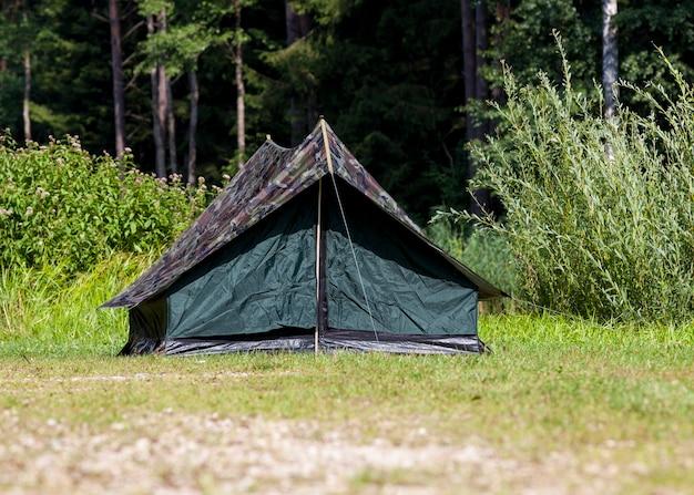 森の中の川岸に設置された、野生の休息用テント