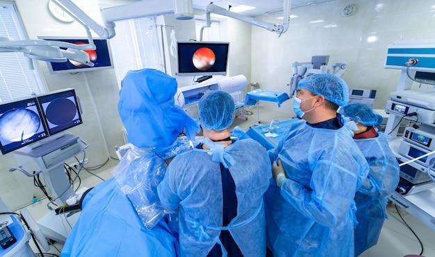 Создание снимка технологически продвинутой операционной с операционным залом. настоящая современная операционная с рабочим оборудованием, светильниками и компьютерами.