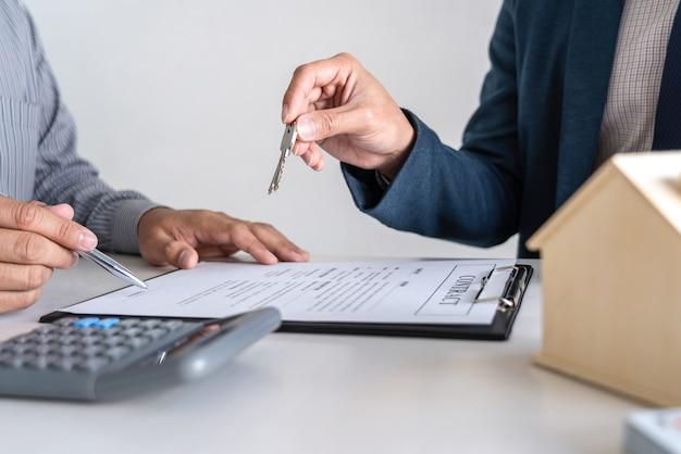 不動産業者は、契約書に署名した後、住宅ローンを提示し、顧客に鍵を送っています