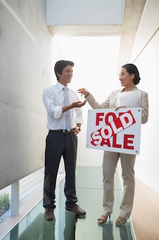 새로운 주택 소유자에게 열쇠를주는 부동산 중개인