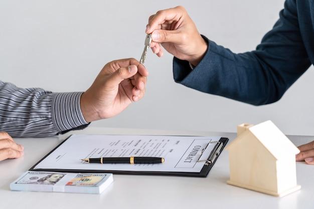 Агент по недвижимости выдает ипотечный кредит и передает ключи клиенту