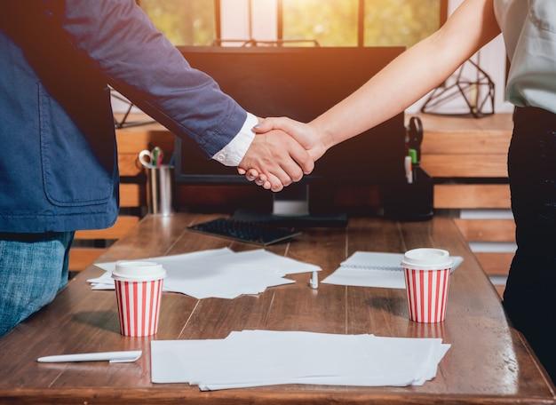 Агент по недвижимости с клиентом после подписания контракта. рукопожатие. концепция недвижимости.
