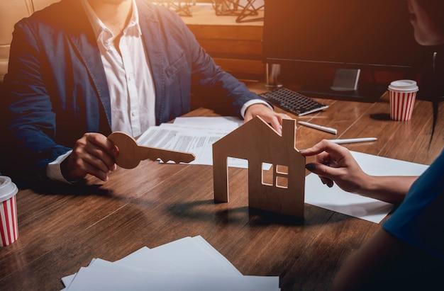 Агент по недвижимости с клиентом до подписания контракта. концепция недвижимости.