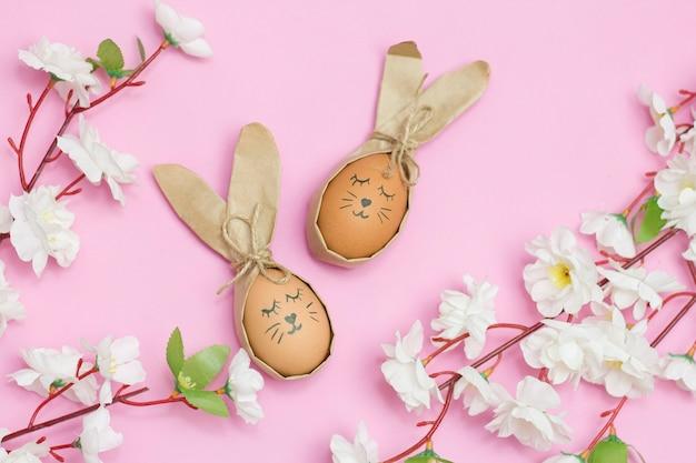 ピンクの机の上にウサギのように描かれたエステルの卵