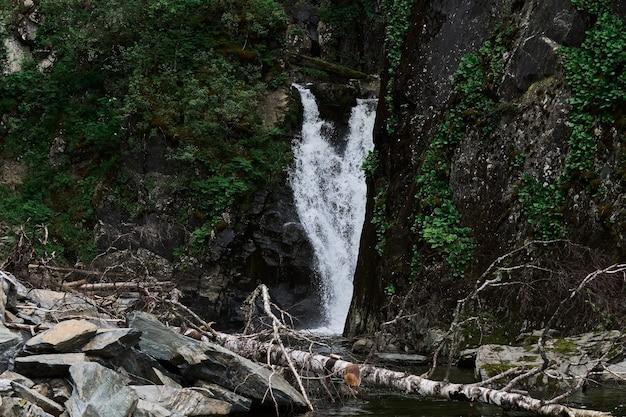 알타이 산맥의 텔레츠코예 호수에 있는 에스티베 폭포