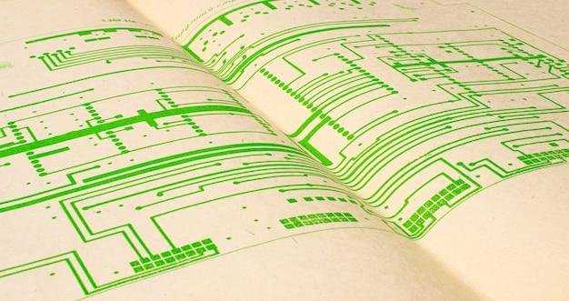 Схема электрического радио напечатана на старых винтажных печатных документах диаграммы электричества как предпосылка для образования, индустрий электричества, отснятого видеоматериала ремонта etc. селективный фокус с глубиной поля.