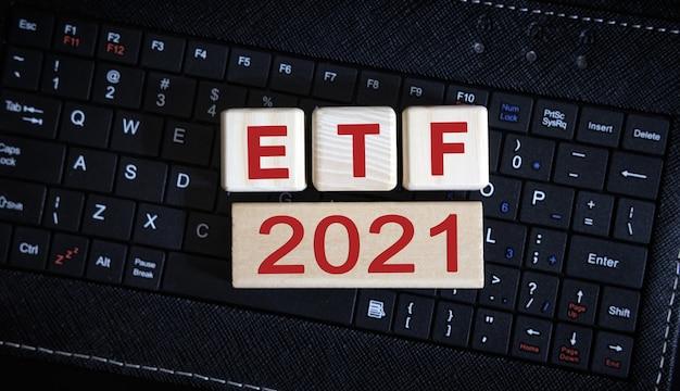 Etf 2021 개념. 블랙 키보드에 나무 큐브입니다.