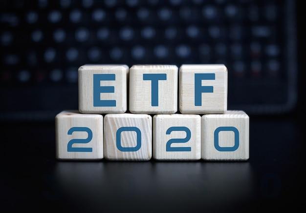 2020 개념의 etf 텍스트. 블랙 키보드에 나무 큐브