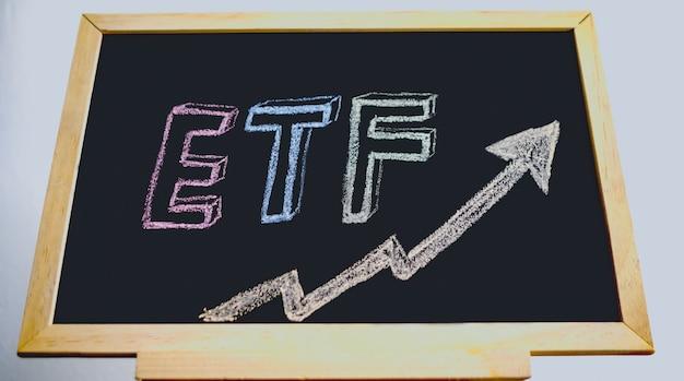 Текст etf, написанный в середине доски