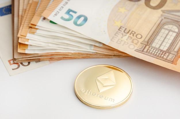 Монета ethereum и банкноты евро. блокчейн-деньги против концепции бумажных денег