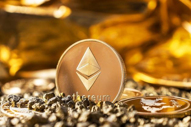 금, 자갈의 암호 화폐를 배경으로 클로즈업된 이더리움 동전