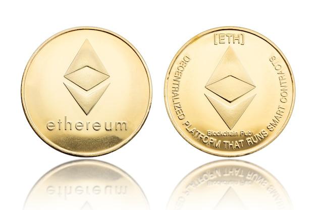 Золотые монеты ethereum, изолированные на белом фоне