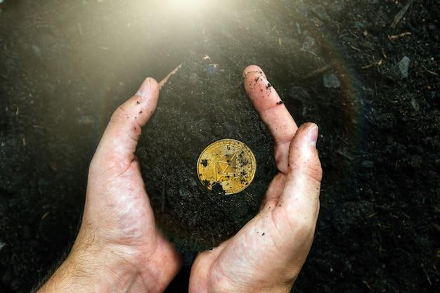 광부의 손에 있는 이더리움. 황금 이더리움 채굴