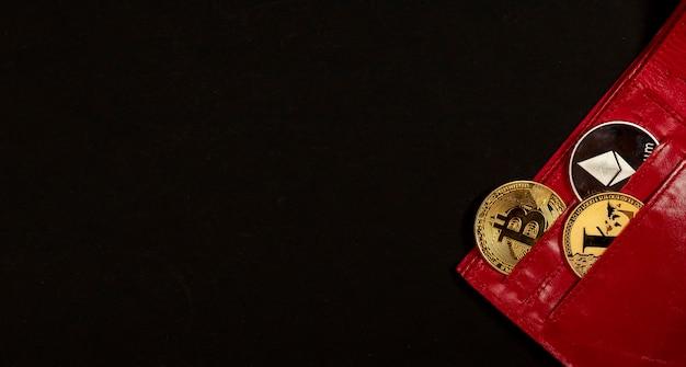 黒の背景に赤い財布のポケットにイーサリアム銀貨と光沢のある金色のビットコイン。新しい通貨の概念。コピースペース付きのバナー。