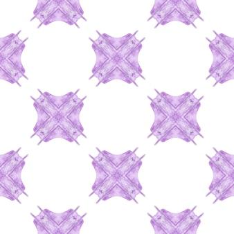 エスニック手描きパターン。紫の魅惑的な自由奔放に生きるシックな夏のデザイン。水彩の夏のエスニックボーダーパターン。