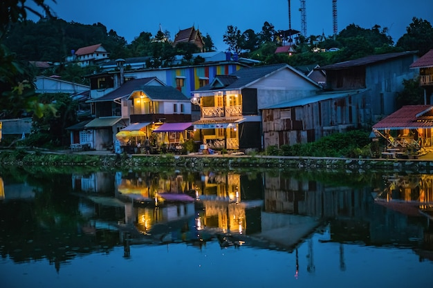 エトン村霧の中に隠された村とタイのカンチャナブリ市の村の前の湖。