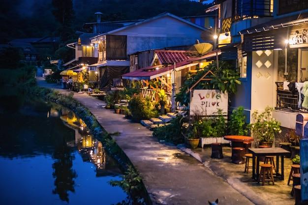 Деревня этонг - скрытая деревня в тумане и озеро перед деревней в городе канчанабури, таиланд.