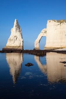 エトルタアヴァルの崖と青い海。ノルマンディー、フランス、ヨーロッパ。