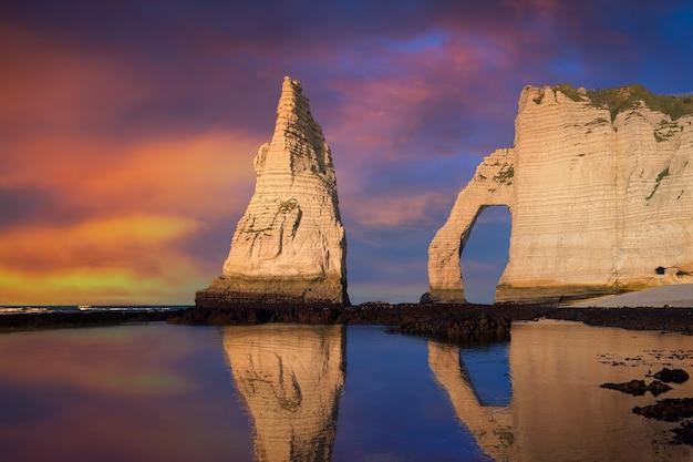ノルマンディー、フランス、ヨーロッパのエトルタアヴァル崖。