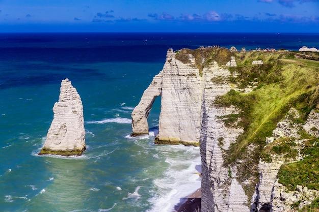 エトルタアヴァルの崖、岩、自然のアーチのランドマーク、青い海。ノルマンディー、フランス、ヨーロッパ。 Premium写真
