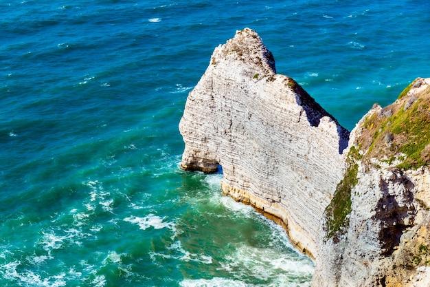 エトルタアヴァルの崖、岩、自然のアーチのランドマーク、青い海。ノルマンディー、フランス、ヨーロッパ。