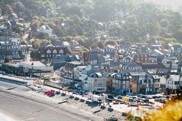 Etretat, 프랑스-2017 년 6 월 17 일 : etretat-청록색 바다와 설화 석고 절벽. 에트 르 타는 프랑스 북서부 노르망디 지역의 센 해양 부서에있는 코뮌입니다.