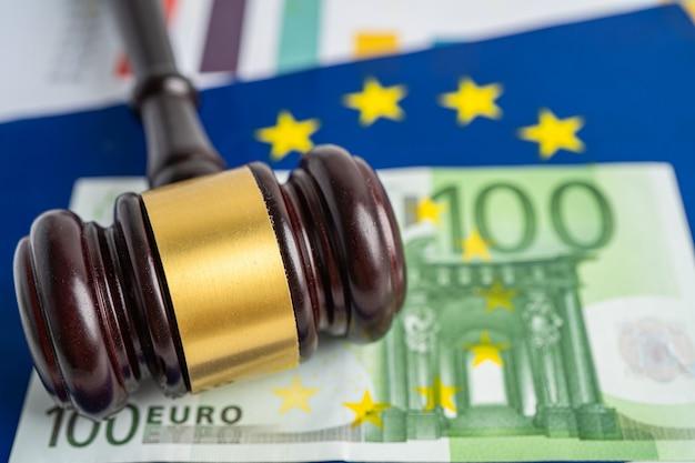 판사 변호사를 위한 망치와 유로 지폐가 있는 eu 깃발. 법과 정의 법원 개념입니다.