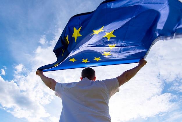 Euの旗または欧州連合の旗、概念図を抱きかかえた