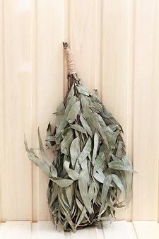 Эвкалиптовый веник для бани на деревянной поверхности.