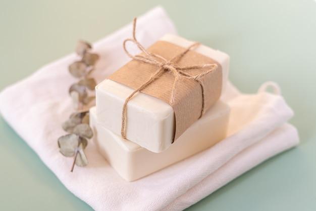 Эвкалипт, крафт-бумага, хлопчатобумажная ткань, мыло, на зеленом фоне.