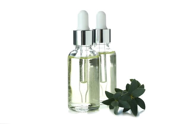 흰색 배경에 고립 된 dropper 병에 유칼립투스 에센셜 오일